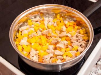 Тушеная кольраби с овощами и куриной грудинкой