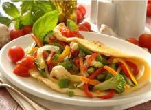 Вегетарианский омлет, фаршированный овощами