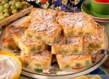 Миндальные пирожные с крыжовником